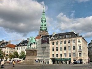 Höjbro Plads at the end of Gammel Strand, the equestrian statue of Bishop Absalon in the center. He was the founder of Copenhagen 1000 years ago. Sankt Nikolaj kirke in the background, now an art gallery for contemporary art.