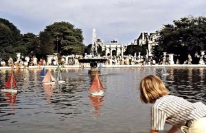 Children playing with rented boats in le Grand Bassin in the Tuileries. In the background is the (small) Arc de Triomphe that was erected in 1808, celebrating Napoleon's victories. On top Peace led by gilded Victories is riding in a triumphal chariot.