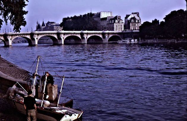 Fishing boats pulled up for the night and the Seine towards Le Pont Neuf. That western edge of l'Île de la Cité looks very different today. Henri IV, le Vert Galant, is there on his horse, but hidden by the trees.
